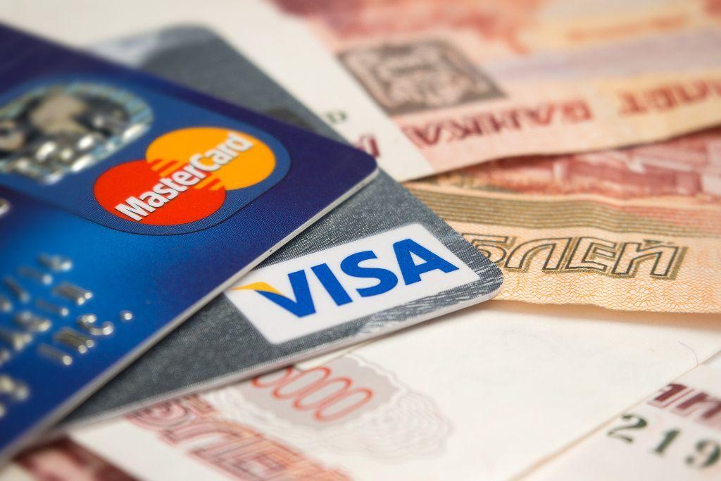 Visa und Mastercard auf russischen Rubel Geldscheinen