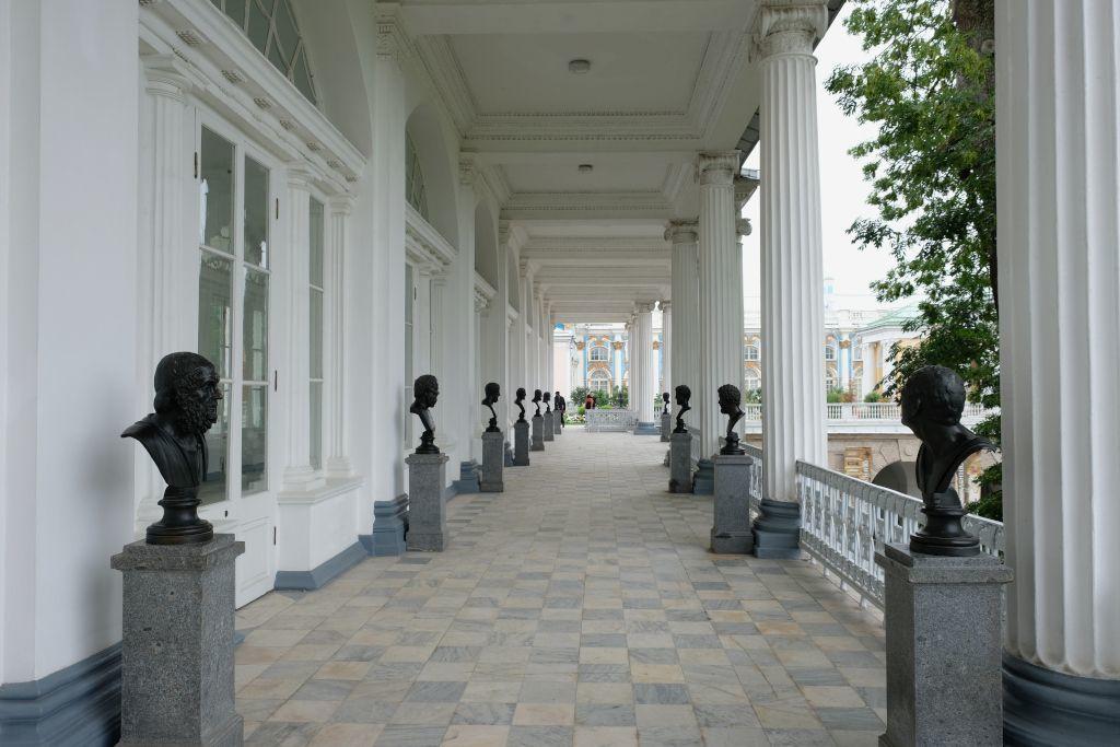 Statuen bekannter Persönlichkeiten neben dem Katharinenpalast in Puschkin bei Sankt Petersburg