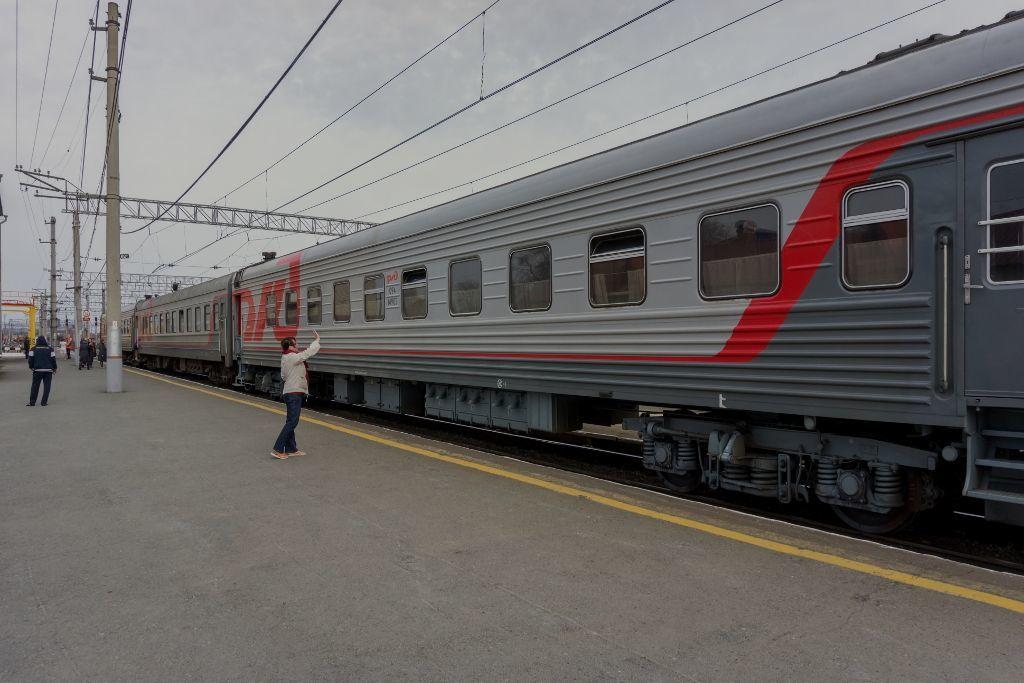 Russischer Zug am Bahnhof