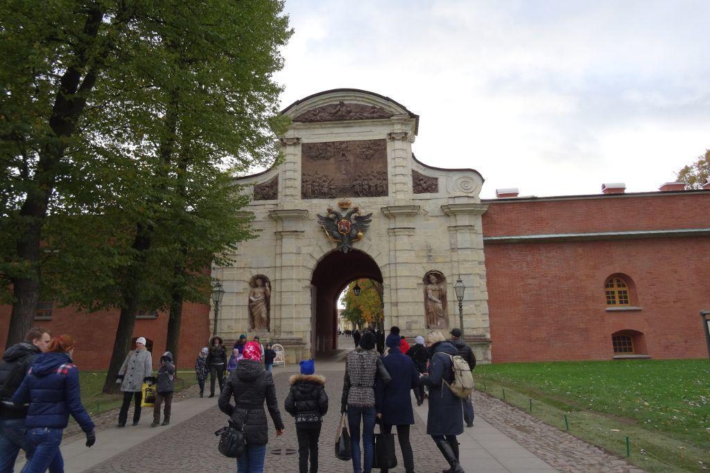 Eingangstor zur Peter-und-Paul-Festung auf der Haseninsel in Sankt Petersburg