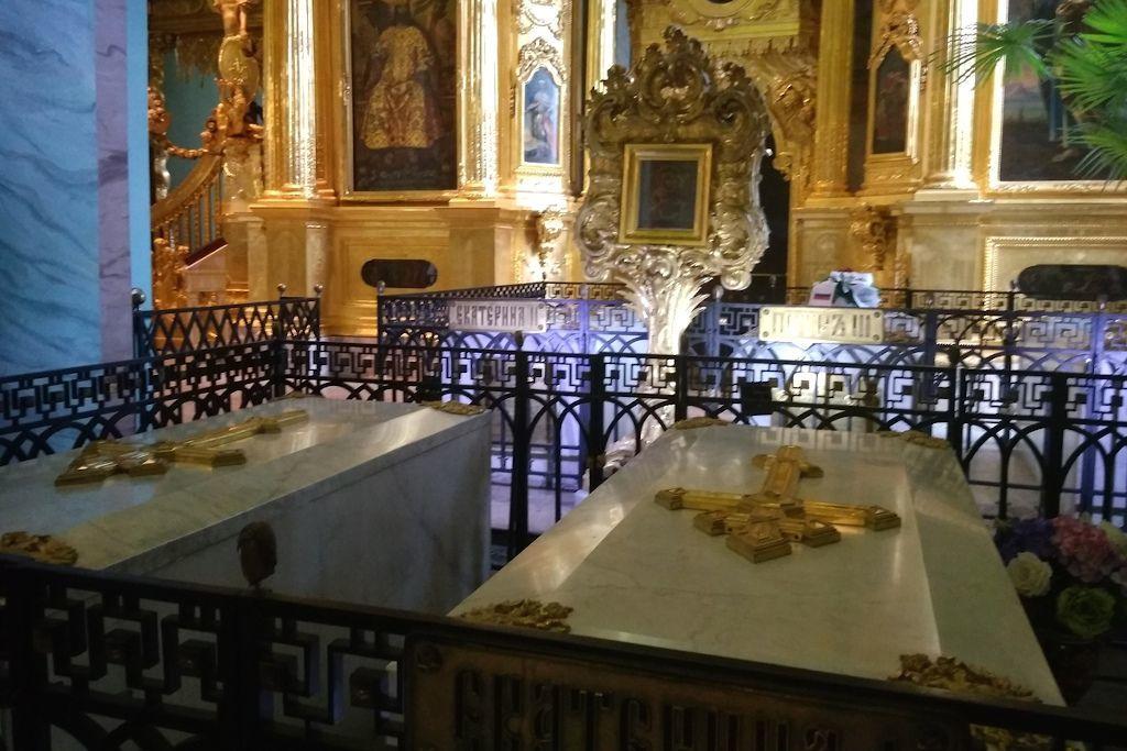 Särge der Romanow Zarenfamilie in der Peter-und-Paul Kathedrale in Sankt Petersburg