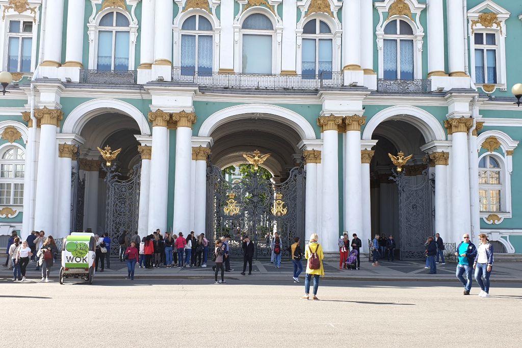 Eingangstore des Winterpalasts der Eremitage in Sankt Petersburg