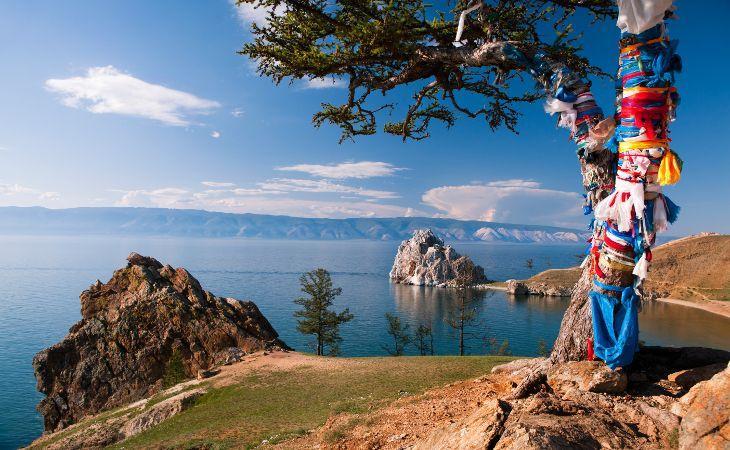 Wunschbaum und Schamanenfelsen auf der Insel Olchon im Baikalsee