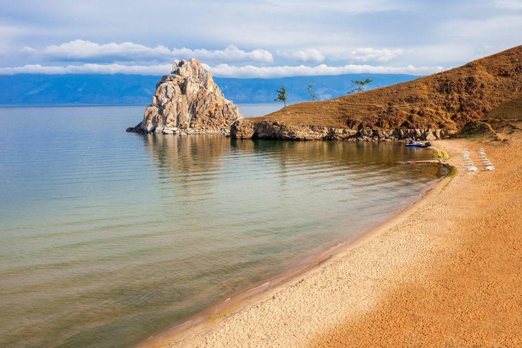Strand auf der Insel Olchon mit Blick auf den Schamanenfelsen