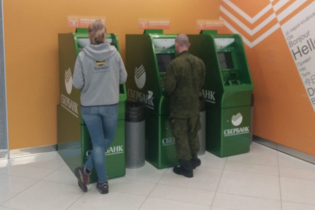 Sberbank Geldautomaten am Flughafen Scheremetjewo in Moskau