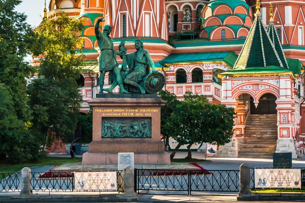 Minin und Poscharski Denkmal an der Basilius-Kathedrale auf dem Roten Platz in Moskau