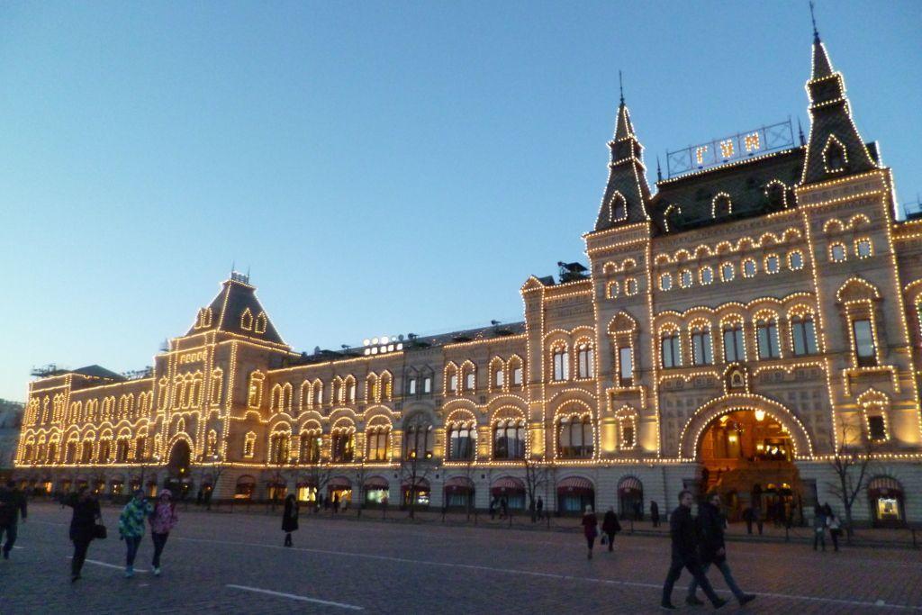GUM Kaufhaus auf dem Roten Platz mit Beleuchtung bei Nacht