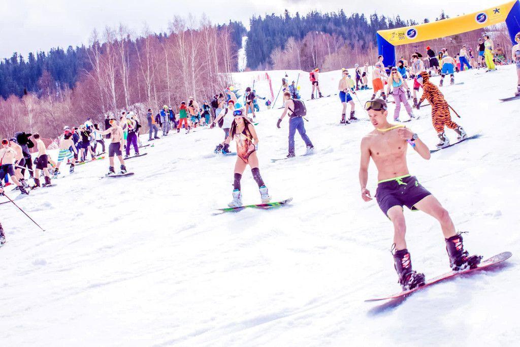 """Festival """"In Badekleidung"""" zum Saisonabschluss im April auf dem Zobelberg in Baikalsk"""