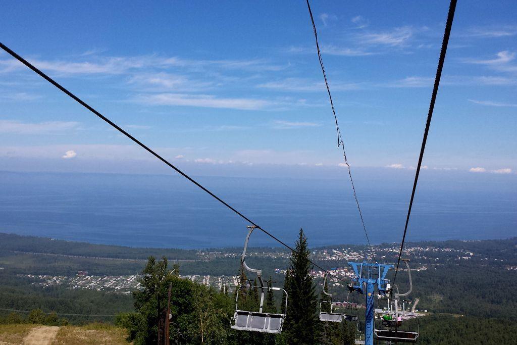 Blick von Sessellift auf den Baikalsee im Sommer