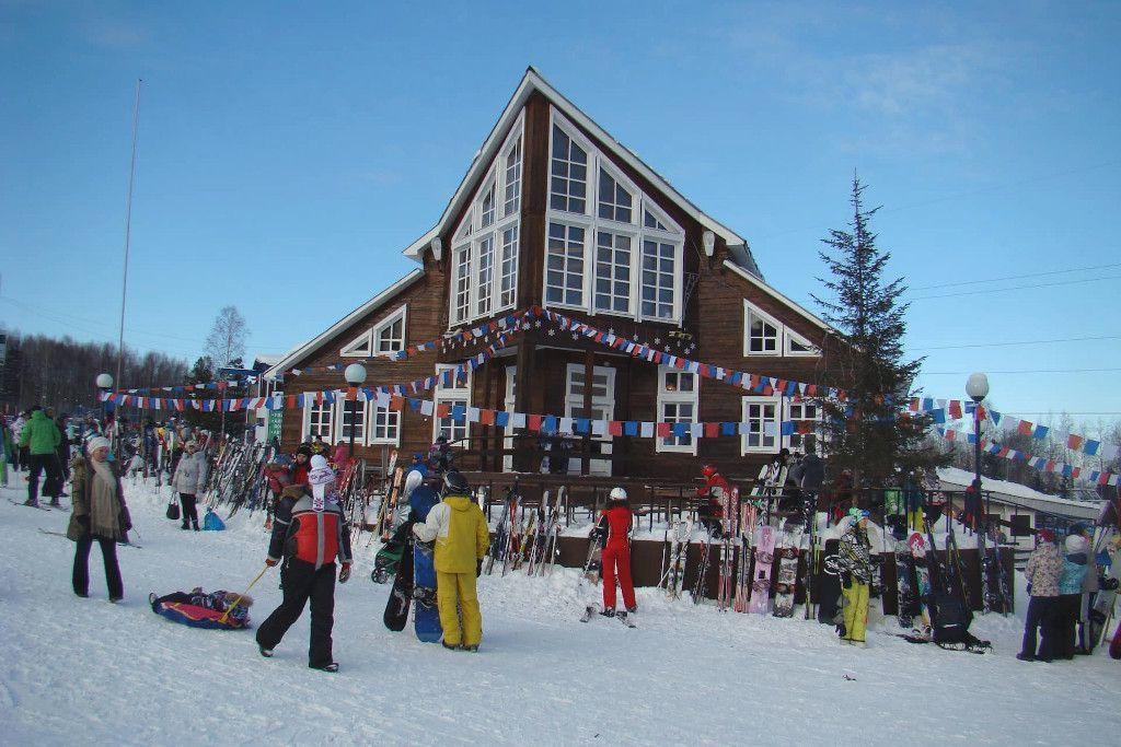 """Das Café """"Skier, Snowboards und zwei Tische"""" auf dem Zobelberg"""