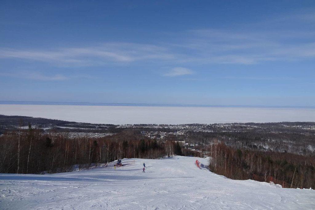 Piste auf dem Zobelberg in Baikalsk mit Blick auf den gefrorenen Baikalsee