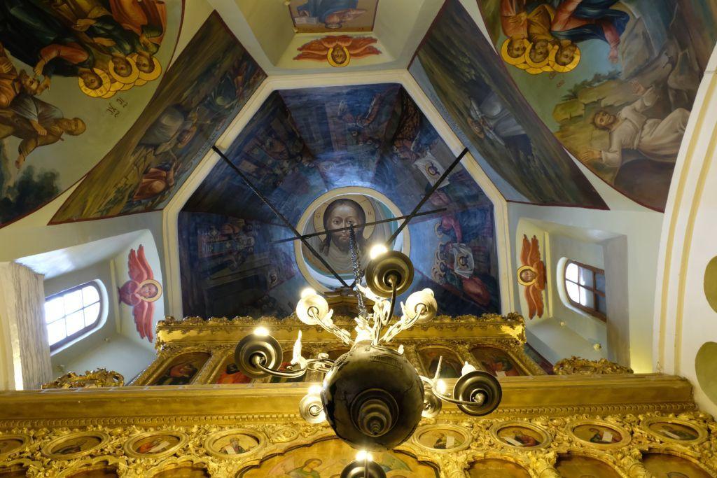 Blick auf ein Deckengemälde in einer Kappele der Basilius-Kathedrale