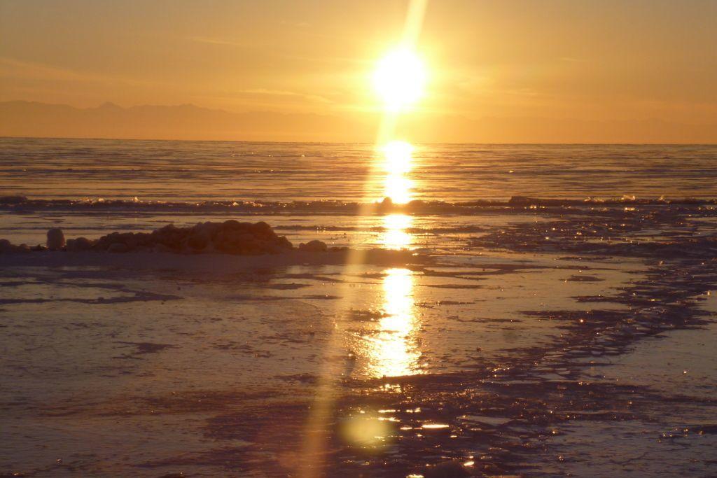 Sonnenuntergang auf dem Eis des Baikalsees