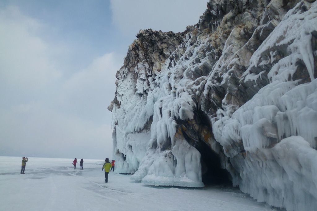 Eishöhle bei einer Eistour auf dem Baikalsee