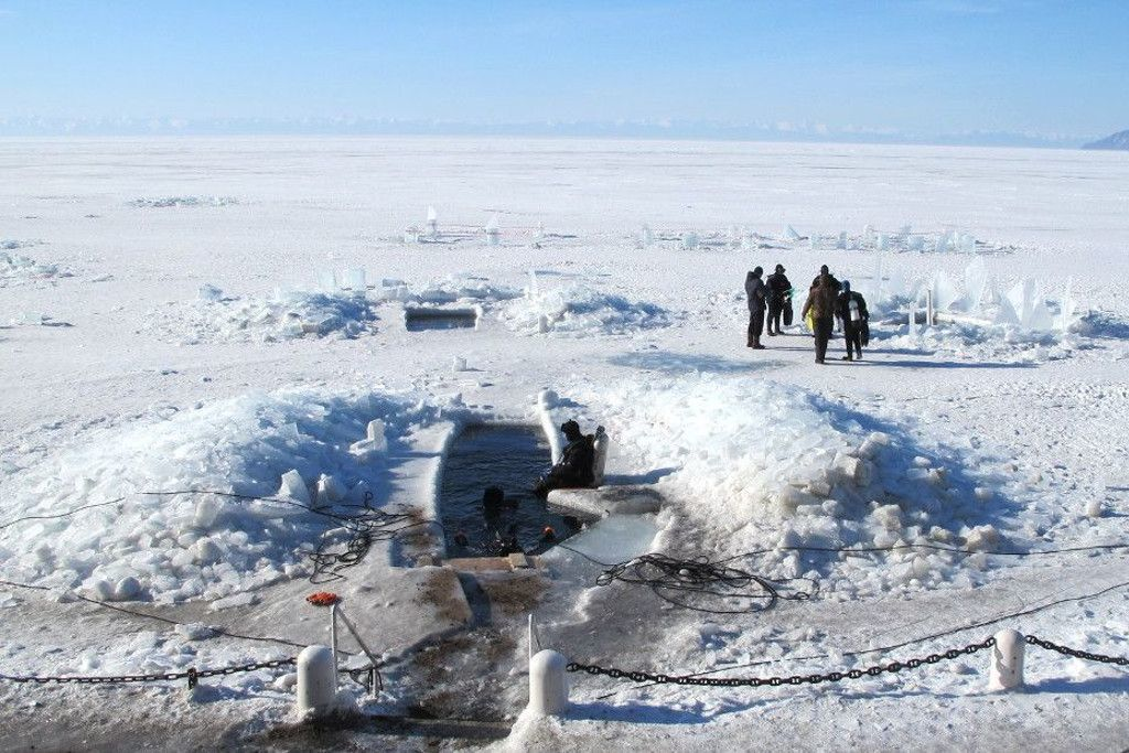 Eistauchen im Baikalsee in Sibirien