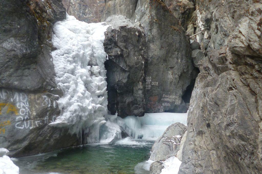Gefrorener Wasserfall in Arschan in Sibirien
