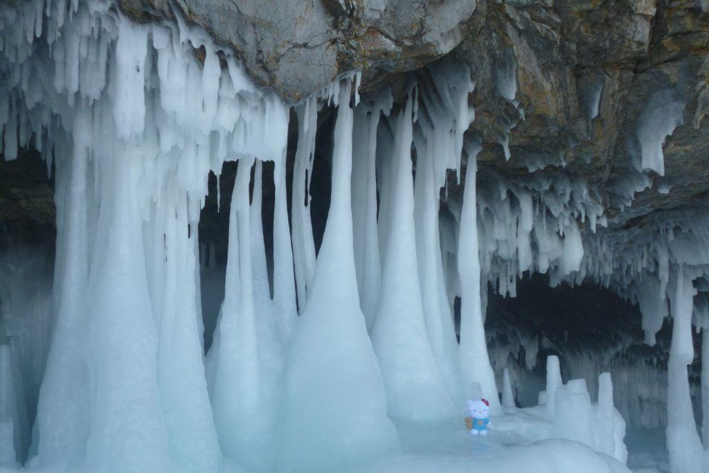 Eissäulen in einer Höhe bei einer Eistour auf dem Baikalsee