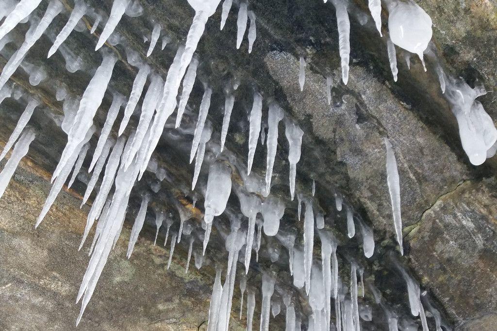 Eiszapfen bei einer Eistour auf dem Baikalsee