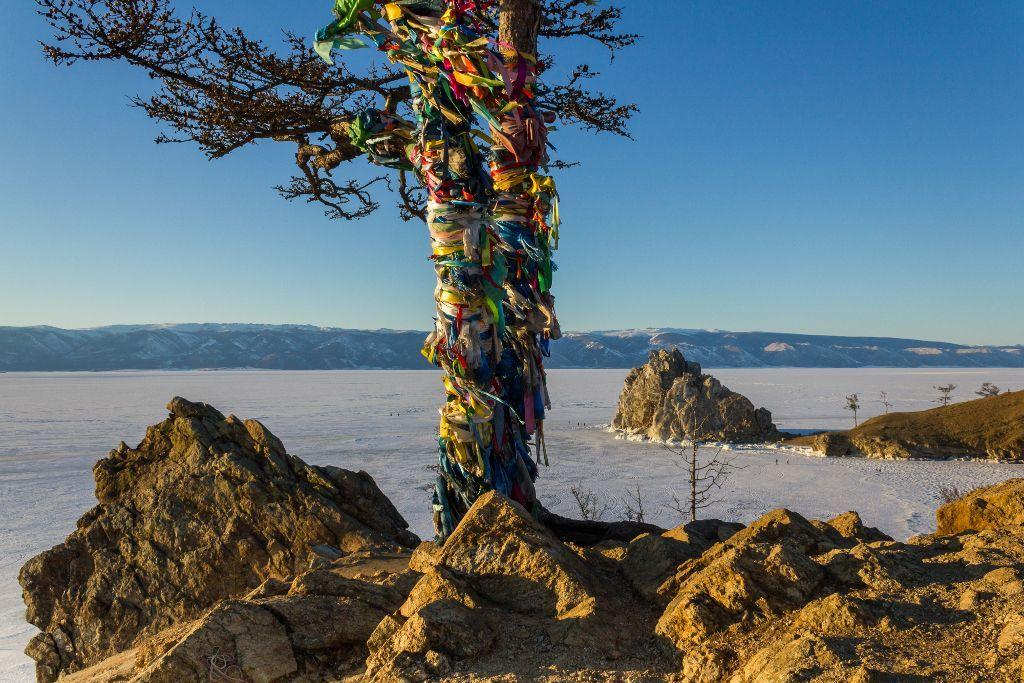 Wunschbaum und Schamanenfelsen im Winter am Baikalsee