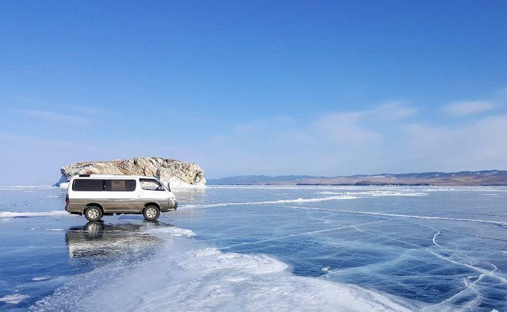 Bus einer Eistour auf dem Baikalsee