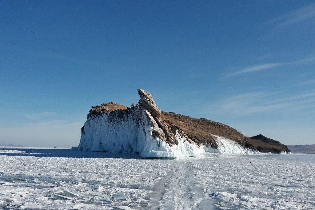 Drachenfels bei einer Eistour auf dem Baikalsee