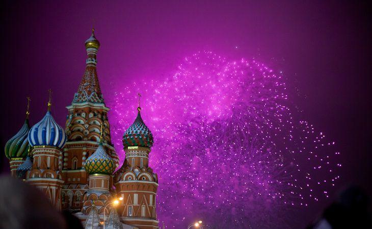 Feuerwerk zum Neujahr in Russland über der Basilius-Kathedrale in Moskau