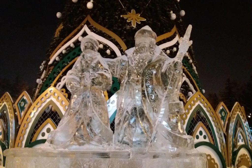 Eisstatue von Väterchen Frost und dem Schneemäddchen in Irkutsk auf dem Kirov Platz