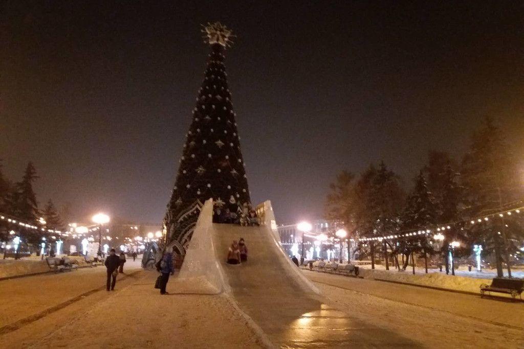 Tannenbaum zu Neujahr in Russland mit Eisrutsche