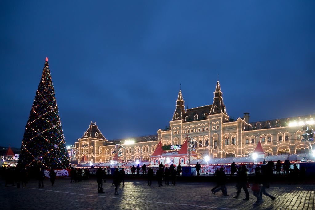 Roter Platz in Moskau mit Tannenbaum und Eislaufanlage