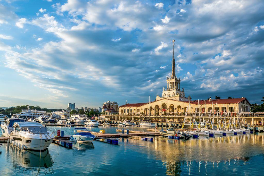Hafen von Sotschi mit Motorbooten