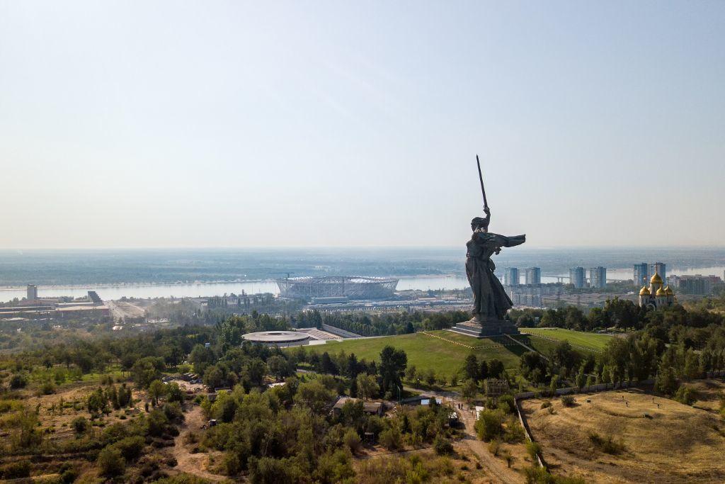 Blick auf die Mutter Heimat Statue und die Stadt Wolgograd