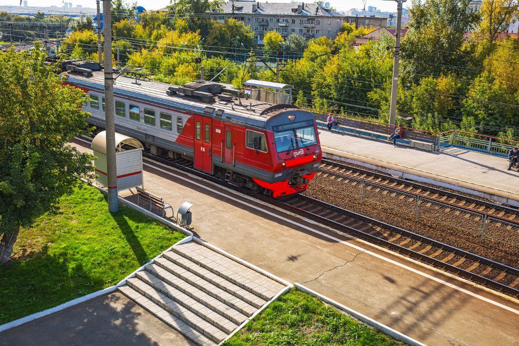 Zug auf der Strecke der Transsibirischen Eisenbahn