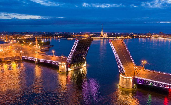 Offene Schlossbrücke in Sankt Petersburg