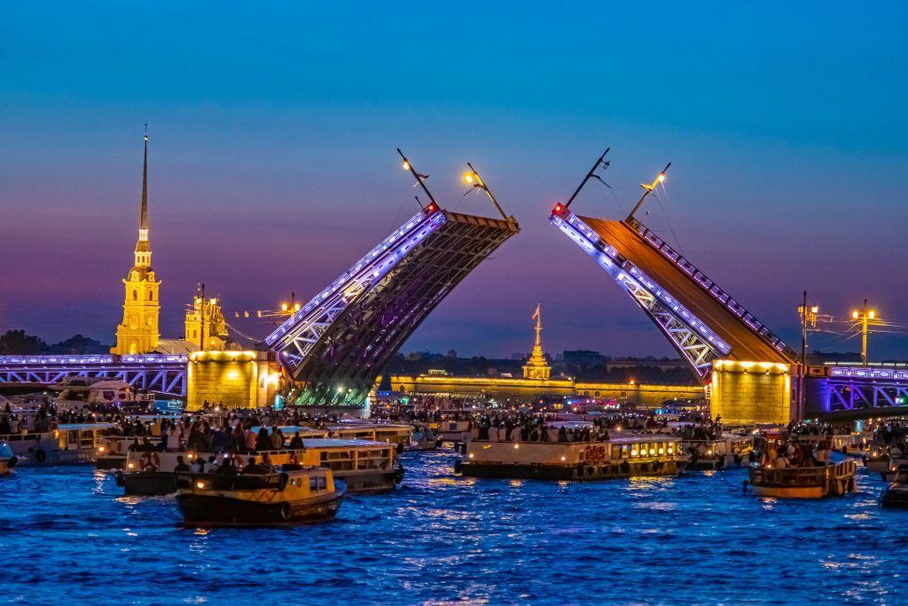 Boote fahren durch die offene Schlossbrücke in Sankt Petersburg