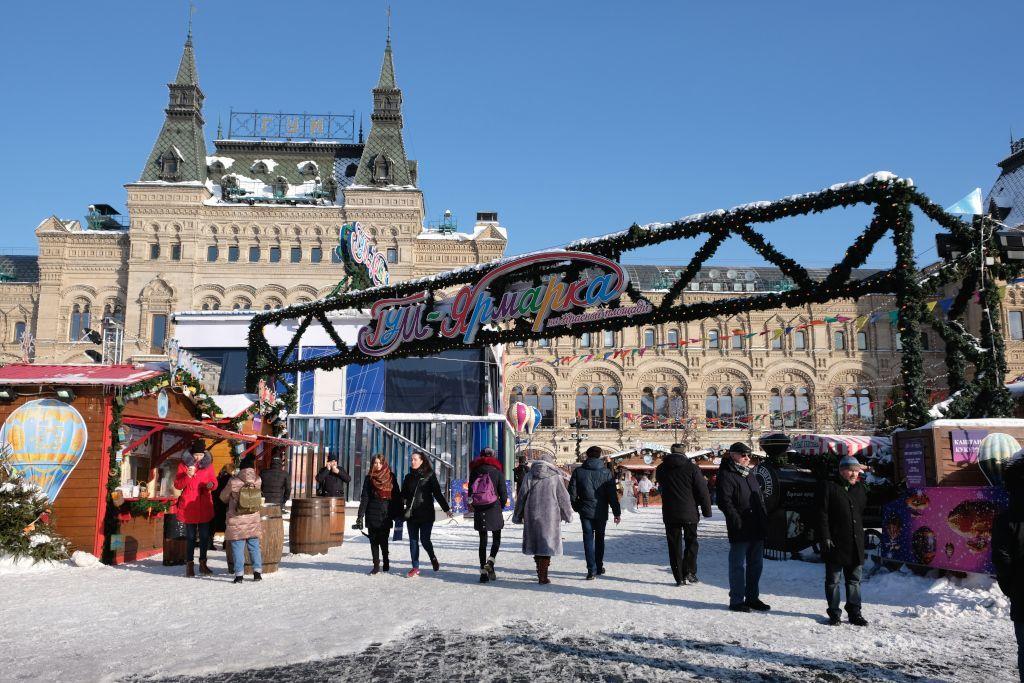 Jahrmarkt vor dem GUM Warenhaus in Moskau