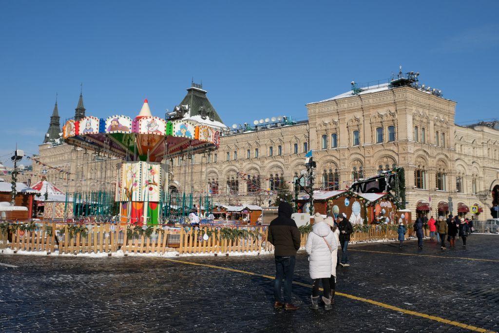 GUM Kaufhaus im Winter mit einem Karussell des Weihnachtsmarkts