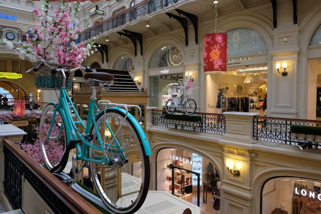 Fahrrad Dekoration im Innenbereich des GUM Kaufhauses