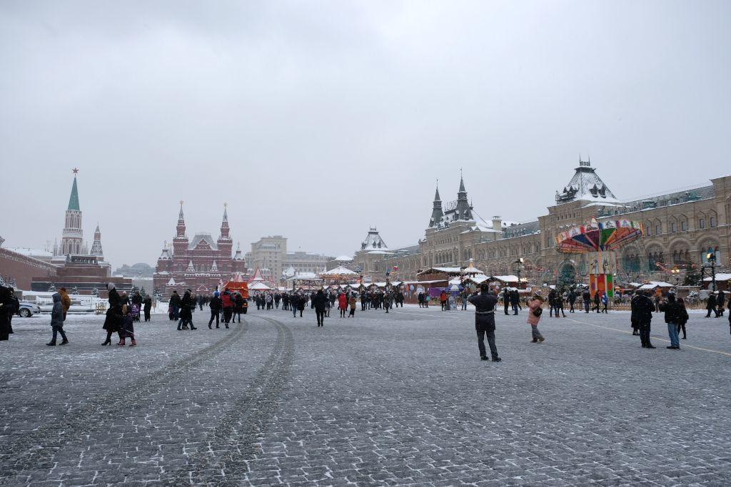 Der Rote Platz in Moskau im Winter mit dem Kreml, dem Lenin Mausoleum, dem Historischen Museum und dem GUM Kaufhaus