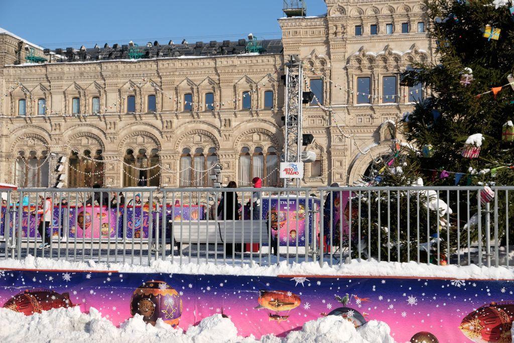 Eislaufbahn vor dem GUM Kaufhaus in Moskau