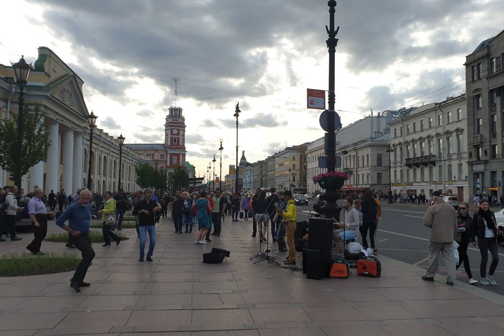 Tanzende Leute zu einer Straßenband auf dem Newski Prospekt