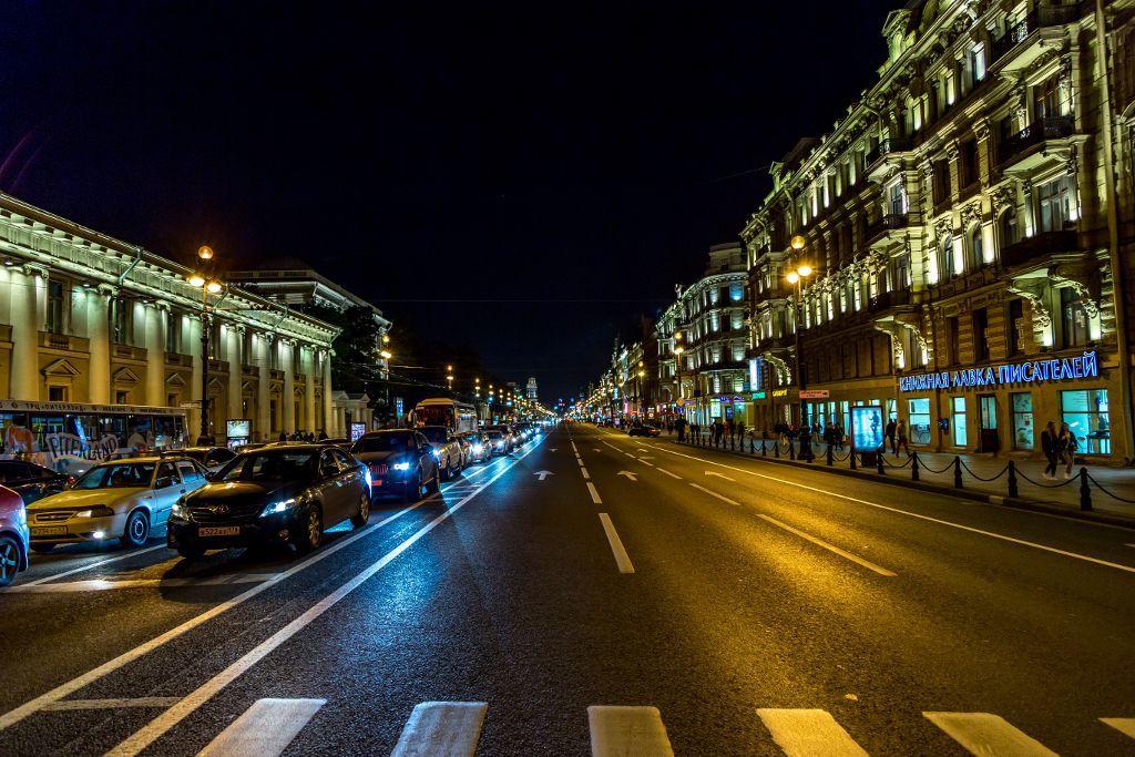 Zebrastreifen am Newski Prospekt in Sankt Petersburg bei Nacht