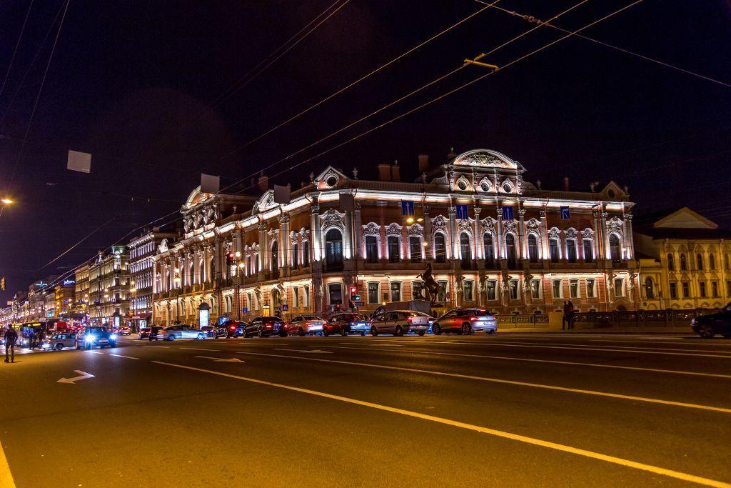 Schönes Gebäude am Newski Prospekt bei Nacht