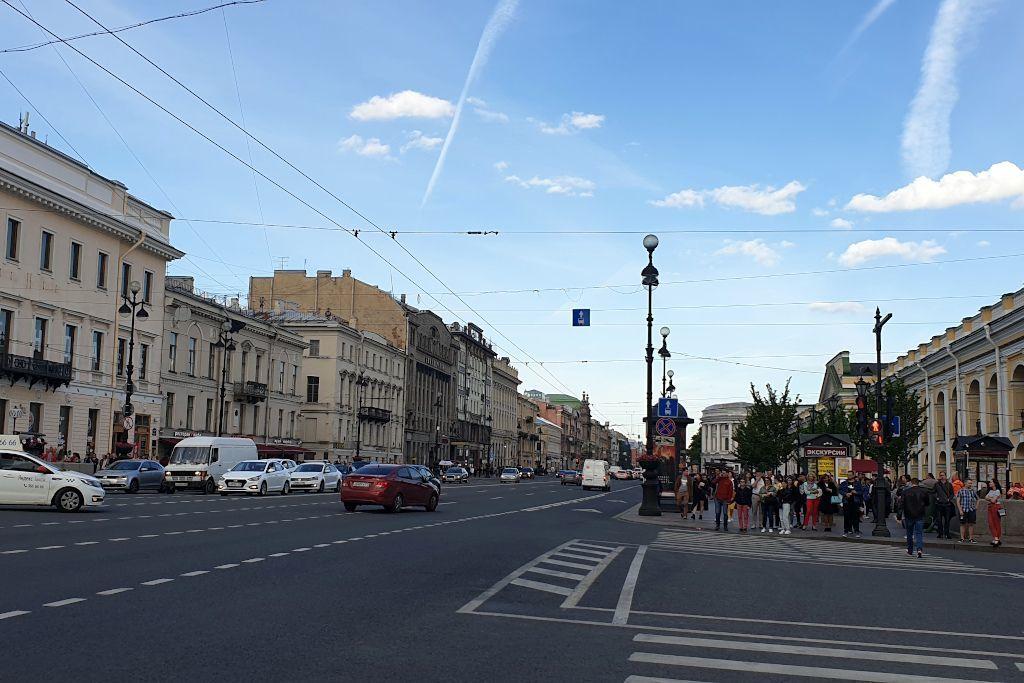 Newski Prospekt in Sankt Petersburg mit dem Kaufhaus Gostiny Dwor
