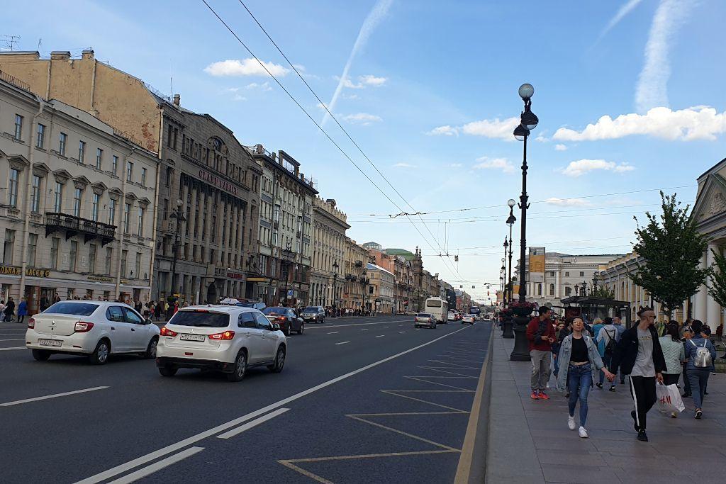 Spaziergänger auf dem Newski Prospekt in Sankt Petersburg