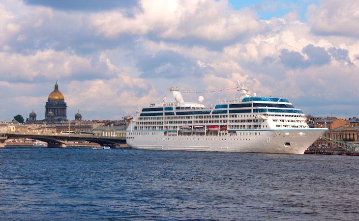 Kreuzfahrtschiff in Sankt Petersburg mit der St. Isaak Kathedrale im Hintergrund