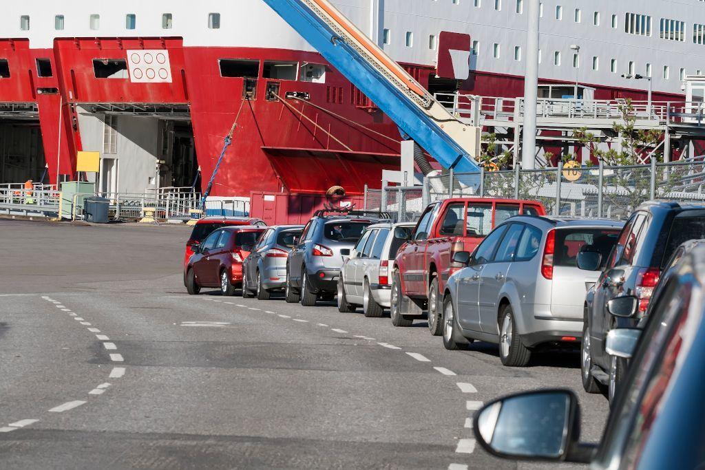 Einfahrt in eine Autofähre in Helsinki in Richtung Sankt Petersburg