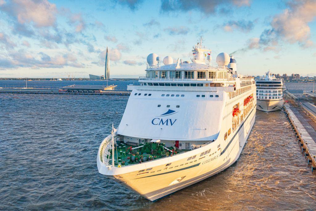Kreuzfahrtschiff am Passagierhafen in Sankt Petersburg mit dem Lakhta Center im Hintergrund