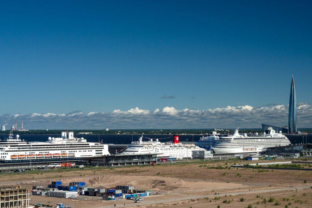 Passagierhafen in Sankt Petersburg mit 3 Kreuzfahrtschiffen und dem Lakhta Center