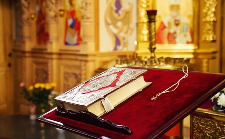 Bibel in einer russisch-orthodoxen Kirche