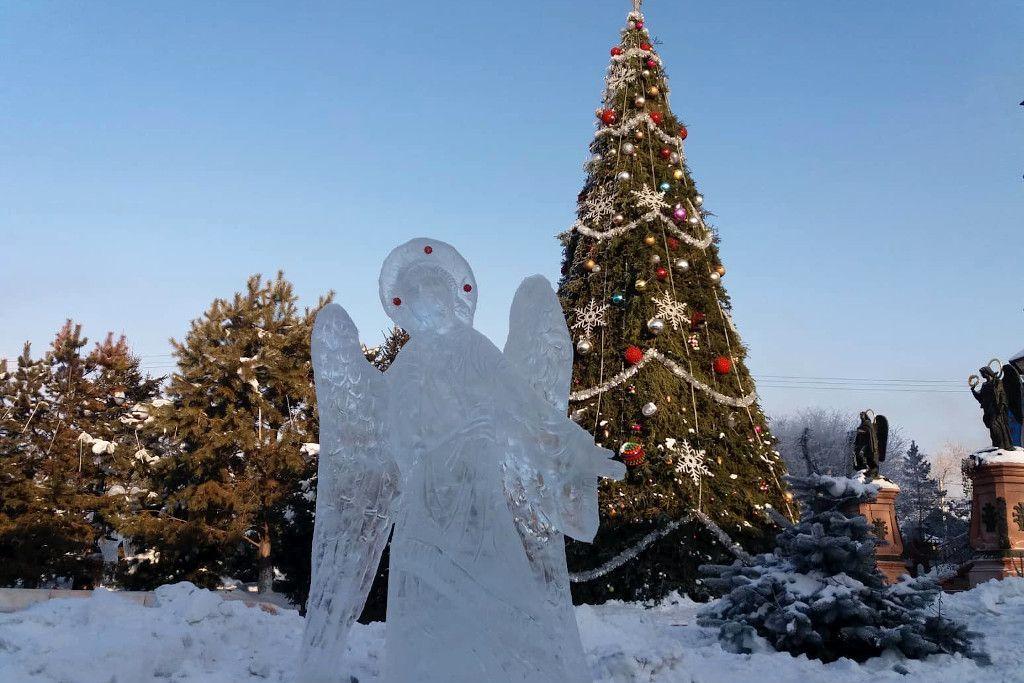 Engel aus Eis und ein geschmückter Tannenbaum in Irkutsk
